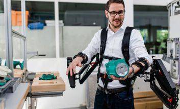 قدرت ماورایی کارکنان کارخانه ها به لطف روباتها؟