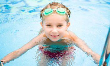 آیا میدانید علت سرخی چشمها پس از شنا در استخر چیست؟