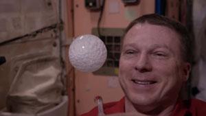 بازی فضانوردان با حبابهای آب پر شده از کربن در فضا
