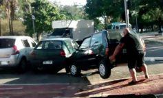 جابهجایی یک اتومبیل از روی مسیر مختص دوچرخه توسط یک انسان