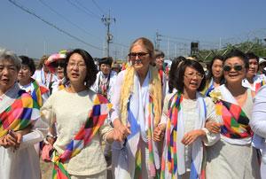 عبور گروه زنان فعال صلح از مرز دو کره با اتوبوس