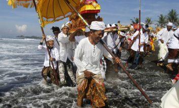 مراسم تطهیر در جزیره بالی