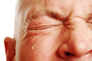 ۷ درمان خانگی برای آبریزش چشم