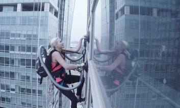 صعود به بالای یک برج اداری با استفاده از جاروبرقی الجی + ویدیو