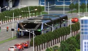 اتوبوسی که از روی اتومبیلهای دیگر عبور میکند!