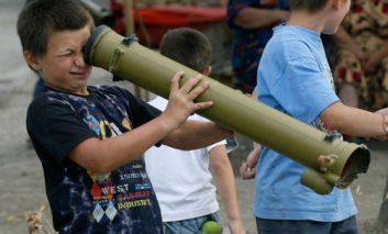 جنگ در دستان کودکان