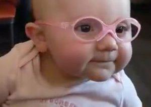 ویدئوی پربازدید کودکی که برای اولین بار با عینک میبیند