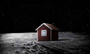 خانه سرخ رنگ کوچک بر روی ماه + ویدیو