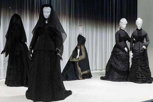 «او با مرگ یکی میشود» نمایشگاهی در مورد مراسم سوگواری