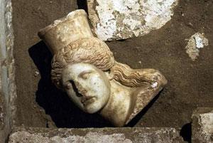 کشف سر مجسمه ابوالهول در یک آرامگاه اسرارآمیز یونانی