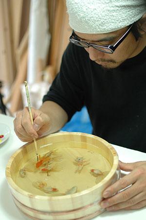 هنرمند ماهیهای قرمز دوستداشتنی
