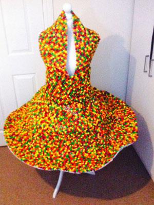 لباسی ساخته شده از دانههای «اسمارتیز»