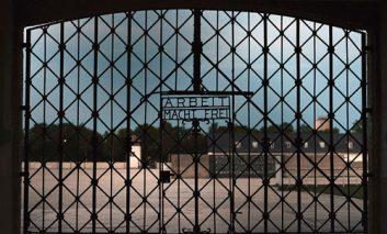 سرقت دروازه آهنی با علامت ننگین «کار برای آزادی»