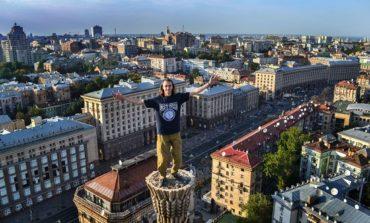 آسمان پیماهای اکراینی بدون هیچگونه تجهیزات ایمنی از بلندترین ساختمان کشور بالا رفتند