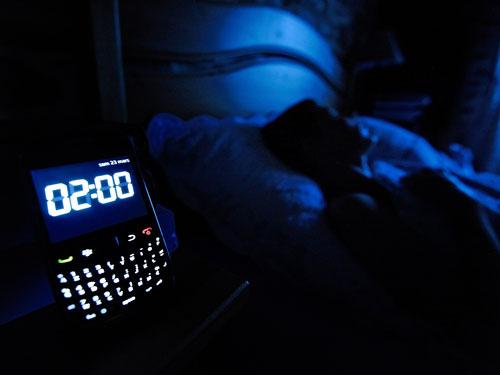 شارژ گوشی همراه در طول شب، باعث چاقی شما میشود