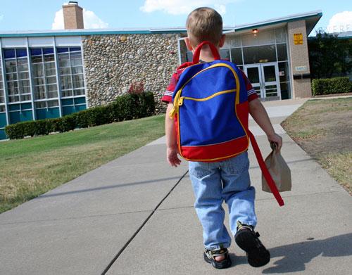 اگر فرزندمان نمیخواهد مدرسه برود، چه کنیم؟