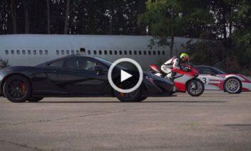 مسابقه هیجانانگیز McLaren P1 و پورشه ۹۱۸ با یک موتورسیکلت + ویدیو