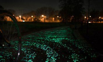 دوچرخه سواری در مسیری نورانی با نقاشی ون گوگ