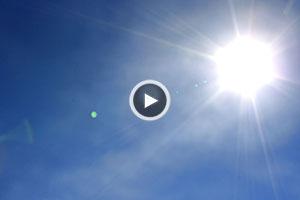 چرا آسمان آبیرنگ و خورشید زردرنگ است؟ + ویدیو