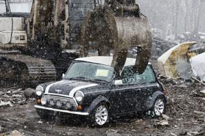 مراحل از بین بردن یک اتومبیل Mini را تماشا کنید!