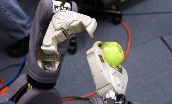 روباتها با تماشای ویدیوهای یوتوب، کار با ابزار را فرا میگیرند!
