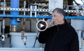 بیل گیتس در حال نوشیدن آبی که قبلاً مدفوع انسان بوده! + ویدیو