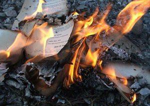 ۸۰۰۰ جلد کتاب توسط داعش سوزانده شدند