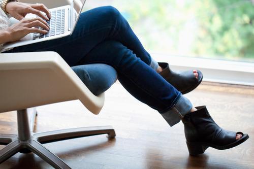 ۴ دلیل برای اجتناب از انداختن پاها روی یکدیگر