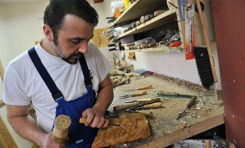 هنرمند مسلمان، صندلی چوبی پاپ فرانسیس را میسازد