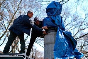 هنرمندان ناشناس، مجسمه ادوارد اسنودن را در نیویورک نصب کردند