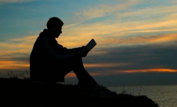 آیا مطالعه در نور ضعیف، به چشمها آسیب میرساند؟