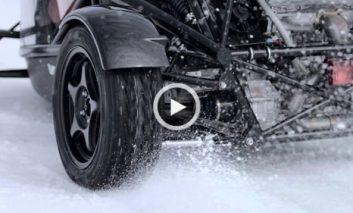 رقابت یک اتومبیل با یک برفرو + ویدیو
