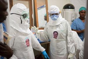 هنرمند آمریکایی، لباسهای محافظ ابولا را انسانی میکند