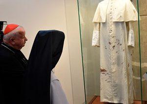 نمایش جامه خونین پاپ ژاپ پل دوم در لهستان