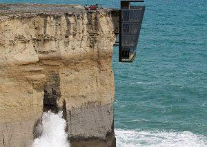 خانه صخرهای عمودی روی اقیانوس