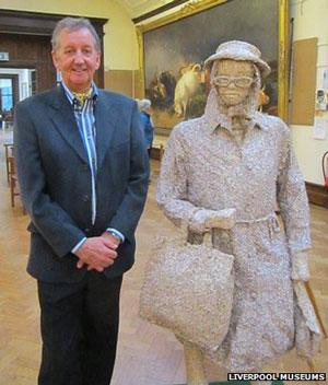 نمایش مجسمه ساخته شده از چکهای بانکی به ارزش ۱ میلیون پوند