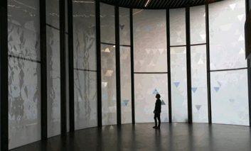 رقص نور پنجرههای هوشمند در پاسخ به باد و نور خورشید