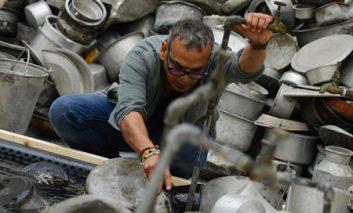 مجسمههایی از تابهها و دوچرخهها در نمایشگاه هنرمند هندی