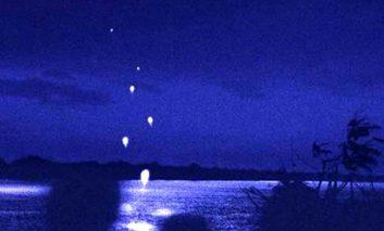 رودخانهای عجیب در تایلند که گویهای آتشین شلیک میکند!