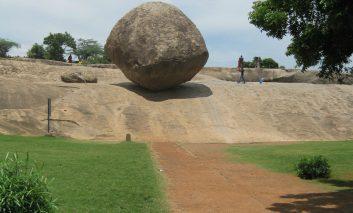 تخته سنگِ ۲۵۰ تُنی، قوانین فیزیک را به چالش میکشد