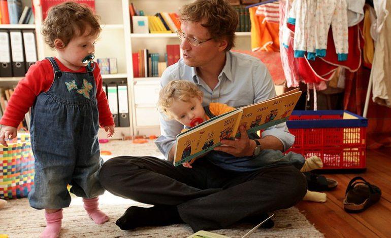 به جای سرگرمی با موبایل و تبلت برای کودکان کتاب بخوانید تا کنجکاوتر شوند