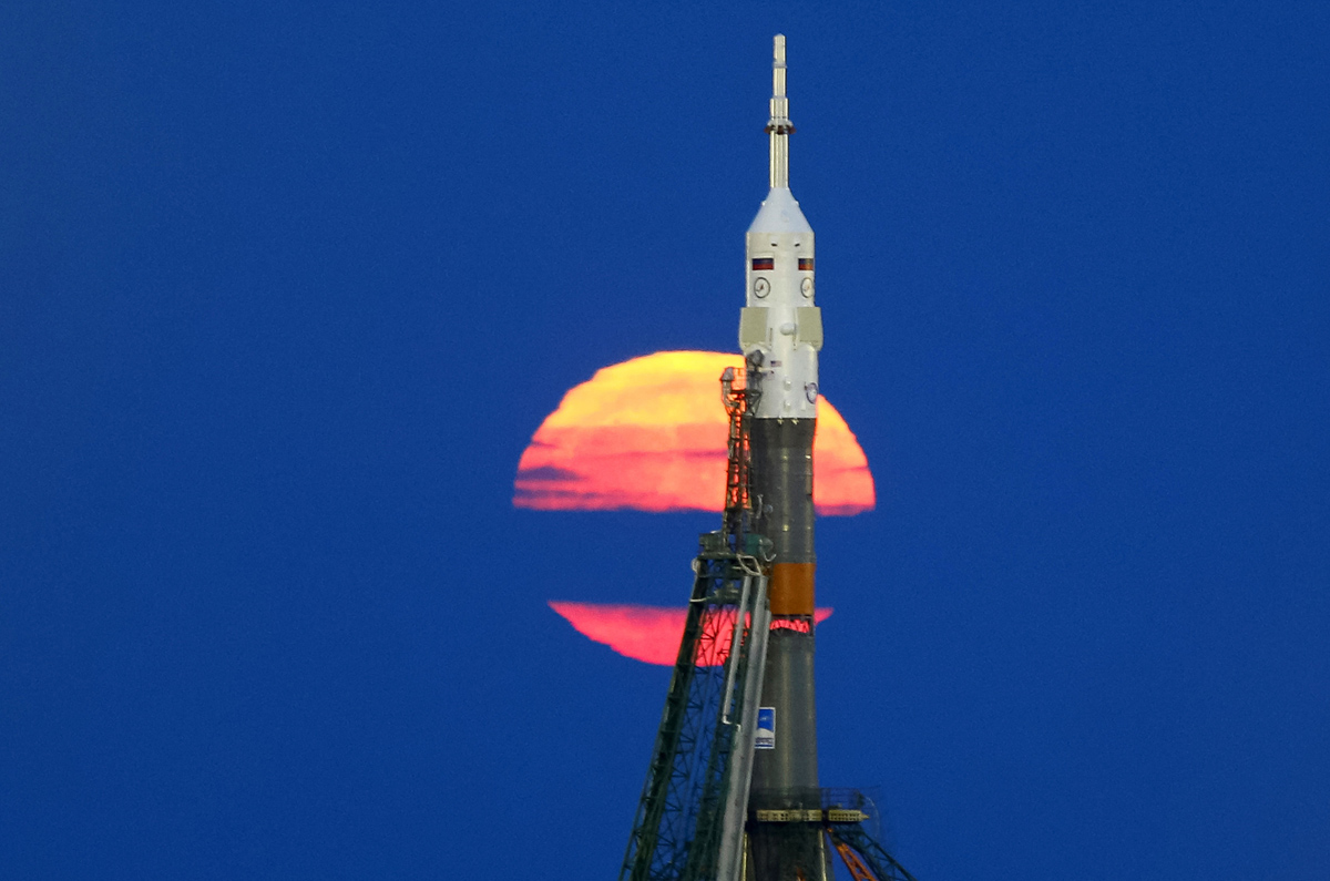 The supermoon rises behind the Soyuz MS-03 spacecraft, ahead of its upcoming launch to the International Space Station (ISS), at the Baikonur cosmodrome in Kazakhstan November 14, 2016. REUTERS/Shamil Zhumatov TPX IMAGES OF THE DAY - RTX2TL6F