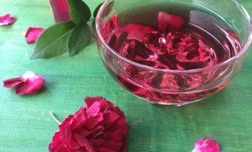 با گلبرگهای گل رز، عطر خانگی درست کنید