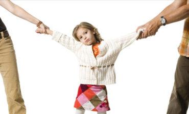 کودکان طلاق باید بیشتر پیش مادر باشند یا پدر؟