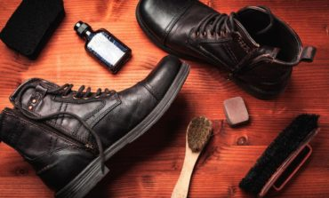 تعمیر تَرکهای روی چکمه یا کفشهای چرم