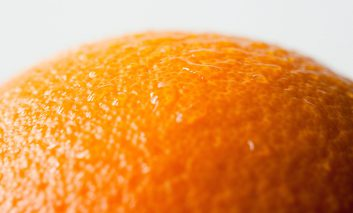 چه عواملی باعث پوست پرتقالی میشود و چگونه میشود آن را از بین برد؟