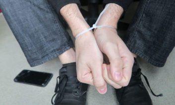 باز کردن دستبندزیپی با بند کفش