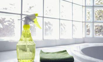 یک محلول خانگی عالی و ارزان برای پاک کردن شیشه و آینه