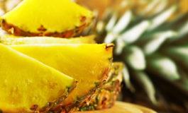 فوتوفن انتخاب یک آناناس رسیده، آبدار و خوشمزه