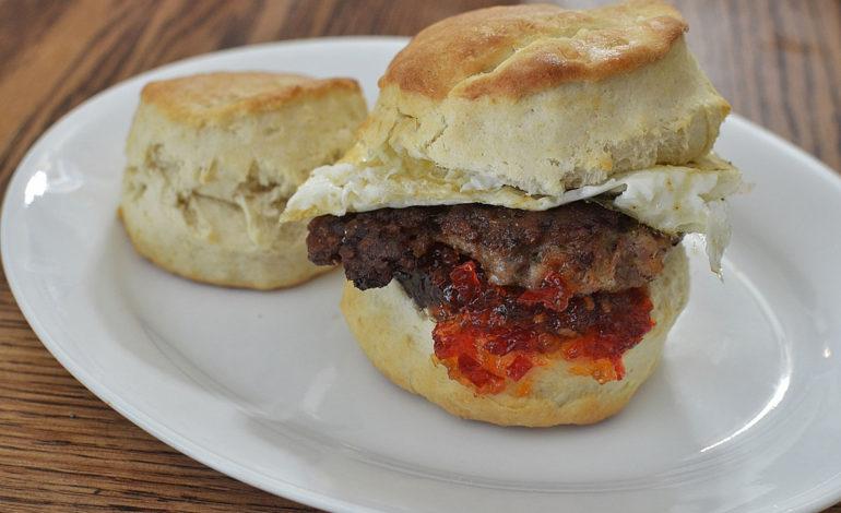ساندویج سوسیس و بیسکوئیت